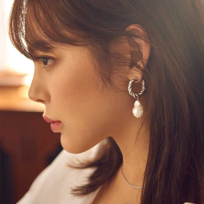 <b>김소현 착용</b><br>Midnight Sun Braid Hoop and Pearl Earrings